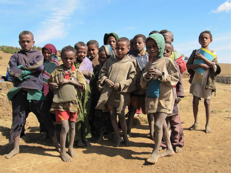 une classe à la sortie de l'école - j'ai vu des écoles partout, y compris dans les villages reculés de montagne, et tous les enfants semblent scolarisés, avec cours soit le matin soit l'après-midi. Beaucoup connaissent d'ailleurs des bribes d'anglais, enseigné dès les classes élémentaires en Ethiopie.