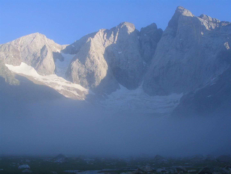 à l'aube, brouillard sous la face nord du Vignemale