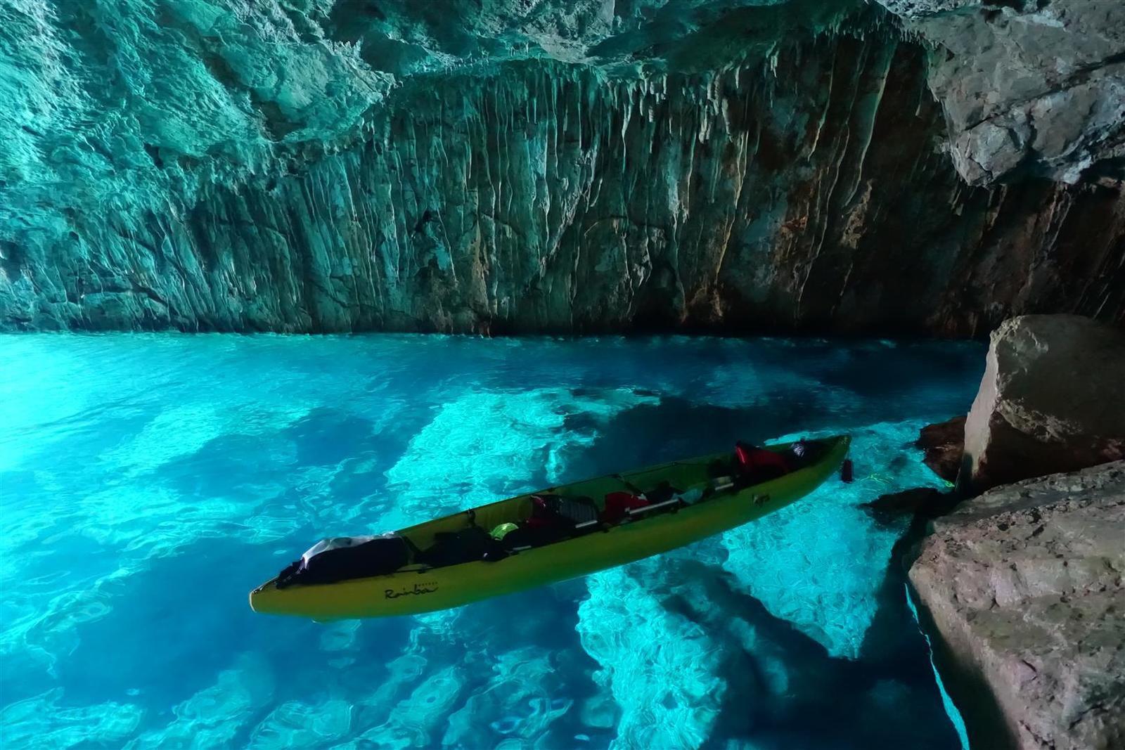 dans la bien-nommée grotte bleue