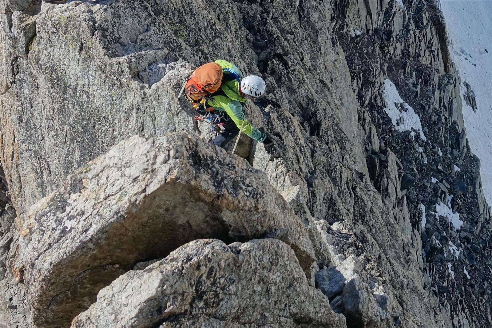 dans la montée au sommet de l'aiguille d'Entrèves, arête effilée et lames de granite pour la procession d'alpinistes
