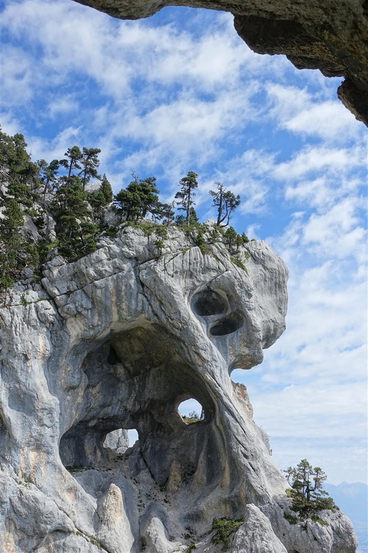 la double arche (plus grande des Alpes) de la Tour Percée (ou Tour Isabelle) face au crâne aux orbites traversantes