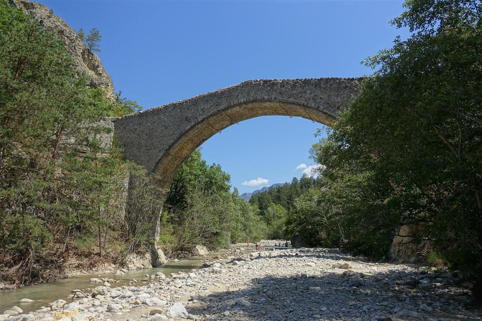 au départ, le Pont de la Reine Jeanne (XV°)