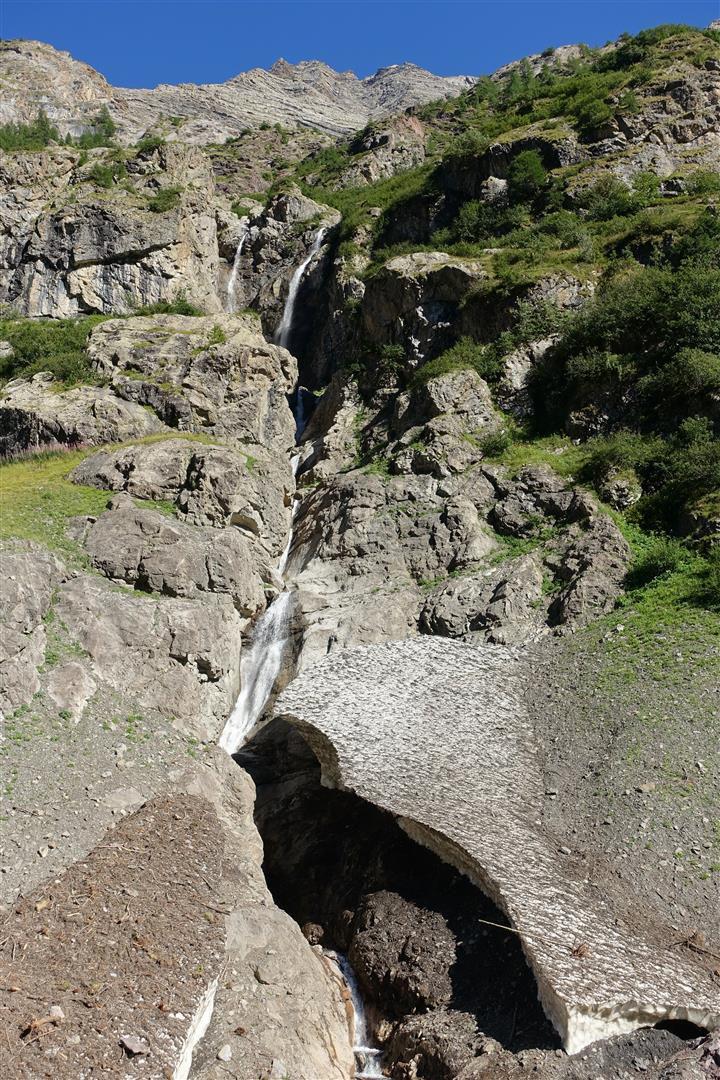 les plis gélogoiques, ravins et cascades sous l'Aiglière