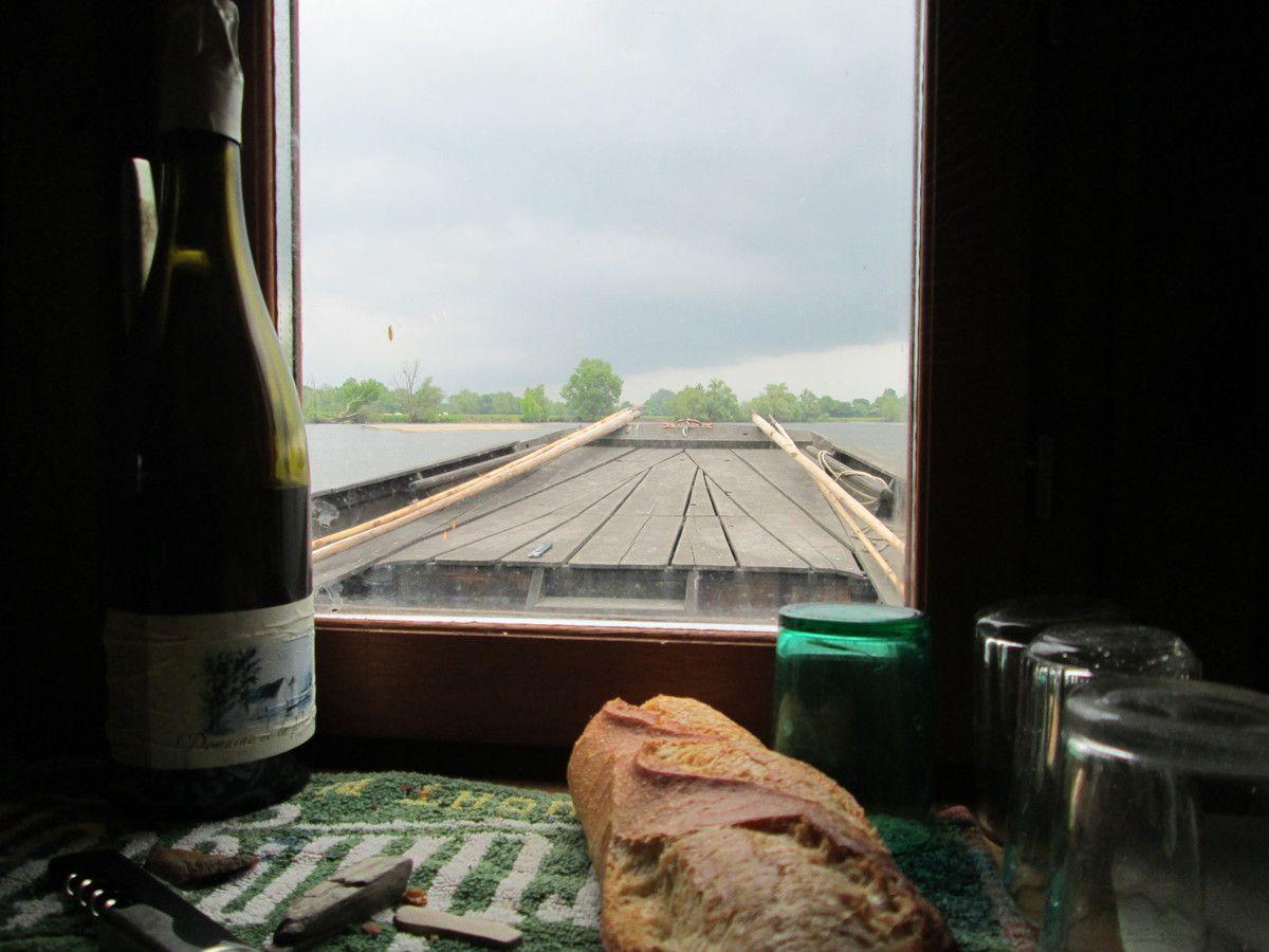 une rivière vivante, du pain, du vin, des compagnons, un bateau... et la vie est plus belle !