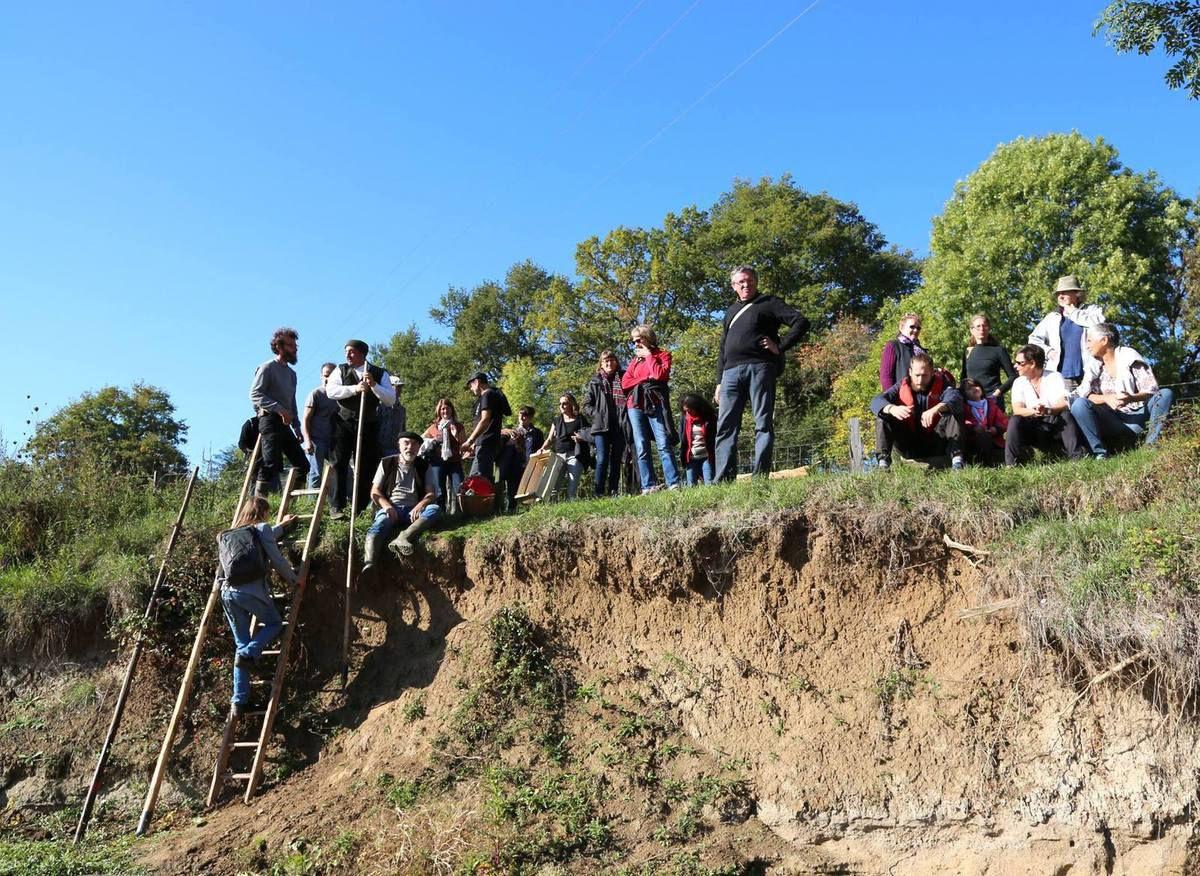à midi pétante, par une échelle de bois, le groupe quitte le lit mineur de l'Allier pour les verts talus du bocage