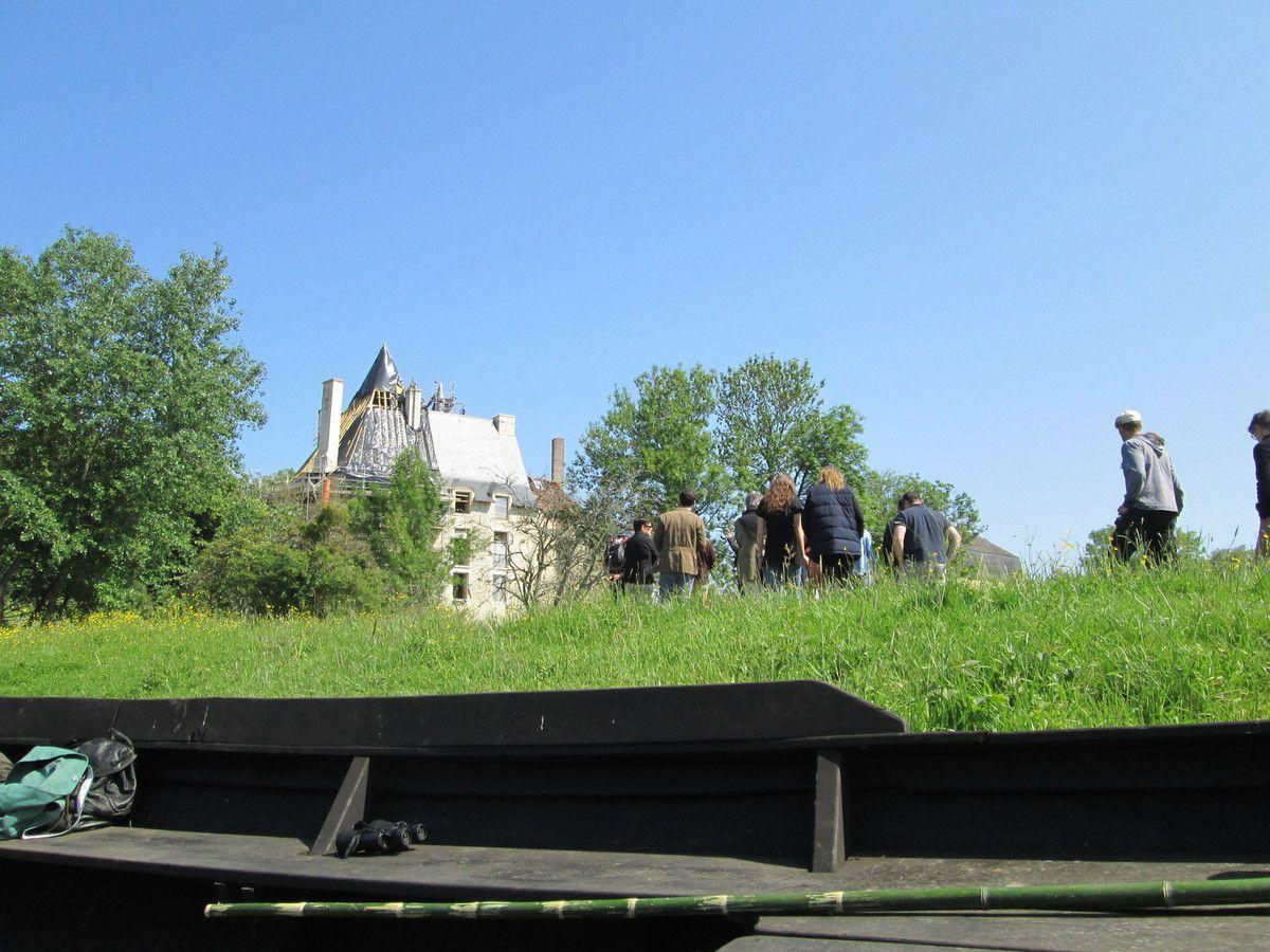 11 heures pétantes : arrivée au château de Meauce : la famille Mignon pose le pied sur ses terres avec quelques membres de l'association de sauvetage du site