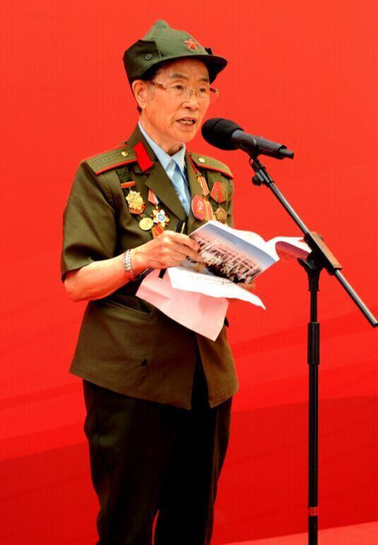 Li Min, lors de l'inauguration d'une exposition sur le rôle des femmes dans la lutte anti-japonaise, à l'occasion du 70e anniversaire de la victoire alliée (Pékin, août 1945)