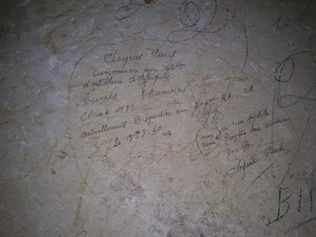 """""""Cleyrat Paul canonnier au 62eme d'artillerie d'afrique. Tnis (Tunisie). Classe 1935. actuellement Brigadier au 404eme RACA. Le 13.3.40. à ma petite Bergère bien aimée. G.R. Cleyrat Paul"""". (dessin : un cœur enflammé. Inscription : """"mon cœur"""")."""
