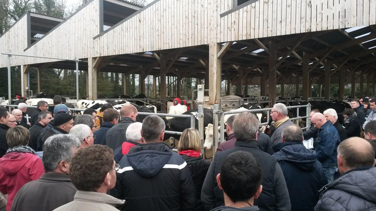 Bernard et Thomas Coatmellec devant plus de cent éleveurs attentifs