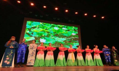 Le groupe de musique et danse traditionnelles Tieng To Dong