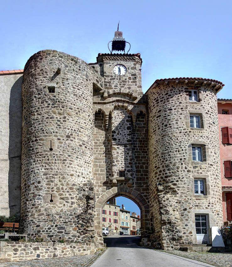 J'aime également les petits villages nostalgiques d'un fastueux passé et qui exhibent encore les vestiges parfois bien conservée de leur splendeur médiévale. Le joli village d'Allègre en est l'exemple parfait.