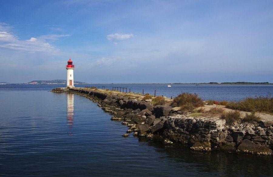Etang de Thau, le phare des Onglous qui marque la fin du canal du midi.