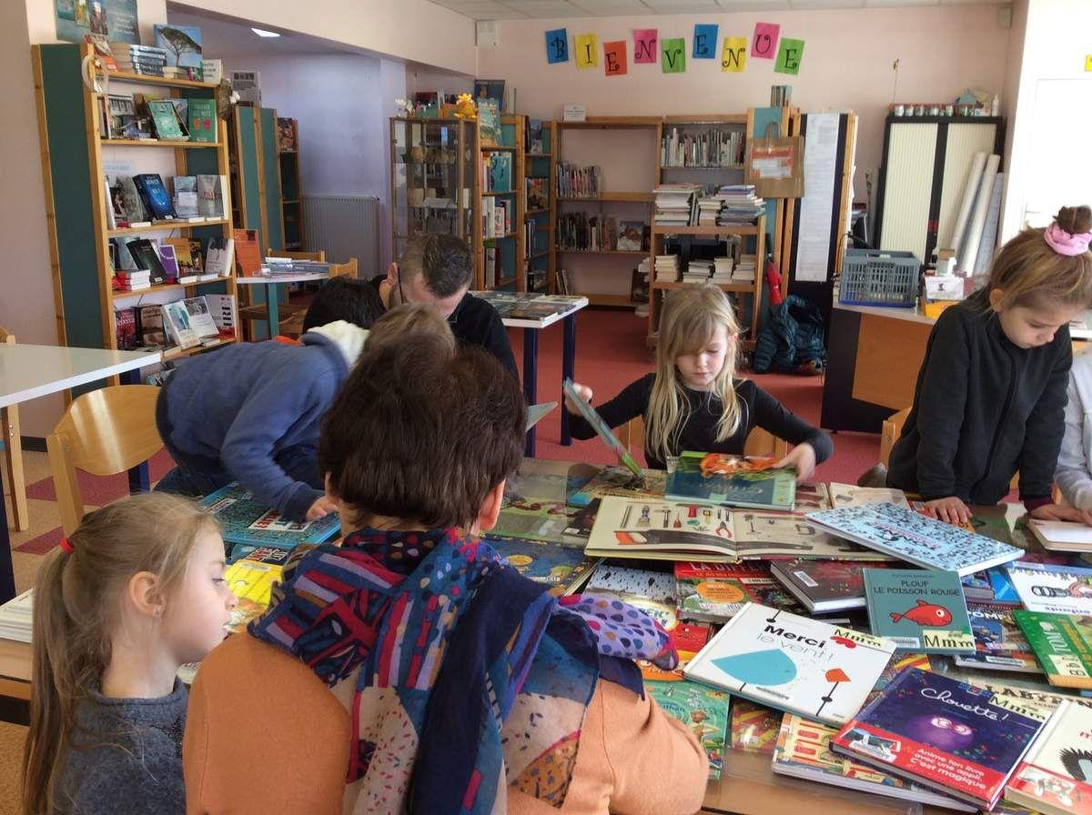 Les enfants de Bulle d'Air à la bibliothèque pour une matinée autour des livres-jeux