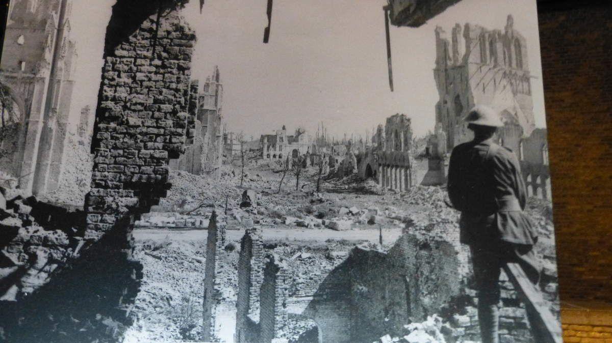 Contrairement à leur apparence, ces constructions sont relativement récentes puisque à la fin de la première  mondiale, Ypres n'était qu'un champs de ruines...