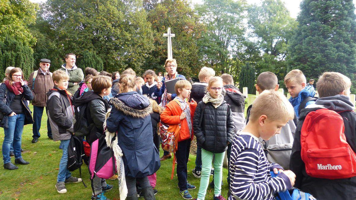 Le 12 novembre de chaque année, une cérémonie se déroule autour de cette statue indienne, en mémoire des soldats indiens tombés sur le front. Les classes ont découvert au bas des remparts,ce cimetière anglais qui fait partie des 130 autres qui entourent la ville d'Ypres.