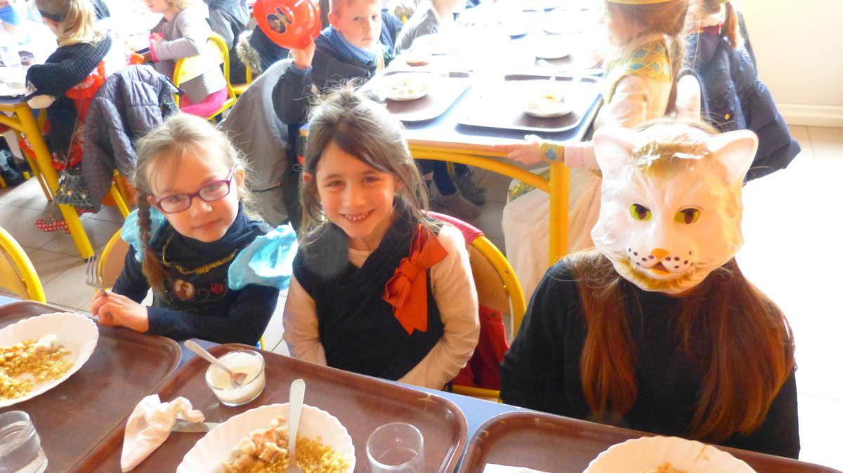 Ce vendredi 23 mars, on avait le droit de manger à la cantine avec son déguisement. L'ambiance festive commençait à monter,