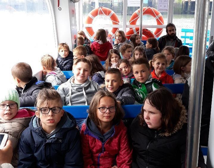Les enfants ont voulu aller sur le pont mais c'était tout de même assez venteux et frais. Pour Mme maertens, tout semble bien aller.