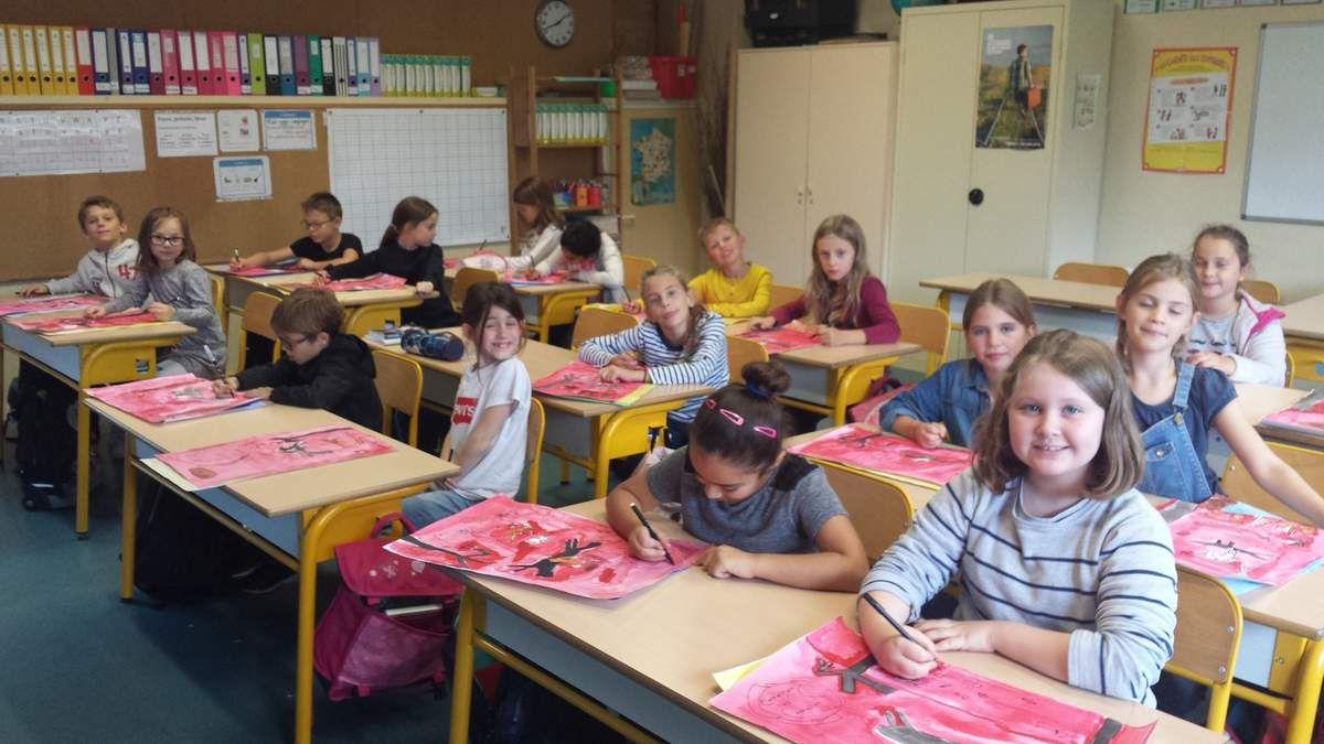 Les CE2 de Mme Hallynck préparant l'exposition