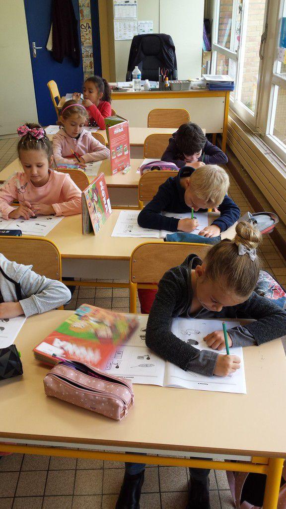 Des élèves très concentrés sur leurs évaluations.