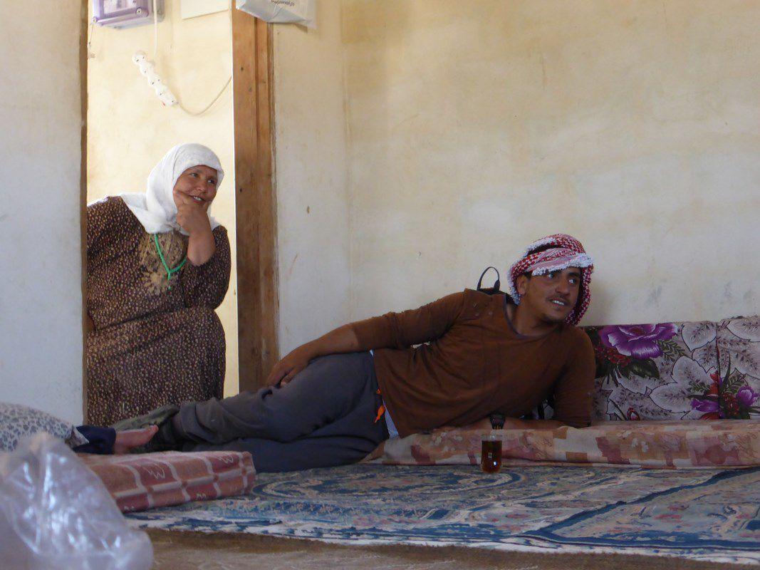 Accueil improvisé par une famille bédouine