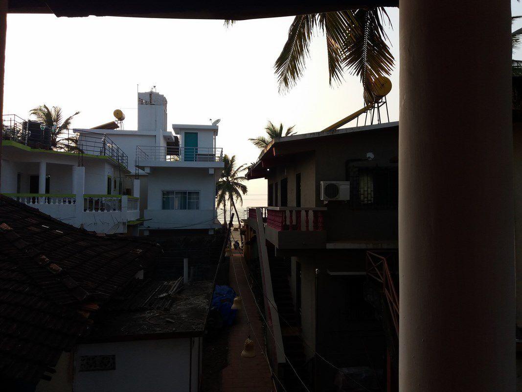 Chambre avec vue sur la mer ... Si, si, entre les deux maisons, là-bas, c'est la mer ...