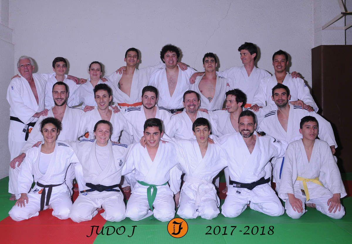 j'ai enfin le plaisir de vous présenter les photos d'une partie des adhérents de notre club. le groupe complet (avec malheureusement pas mal d'absents), nos 5/9 ans, les 9/12 ans, et les adultes.
