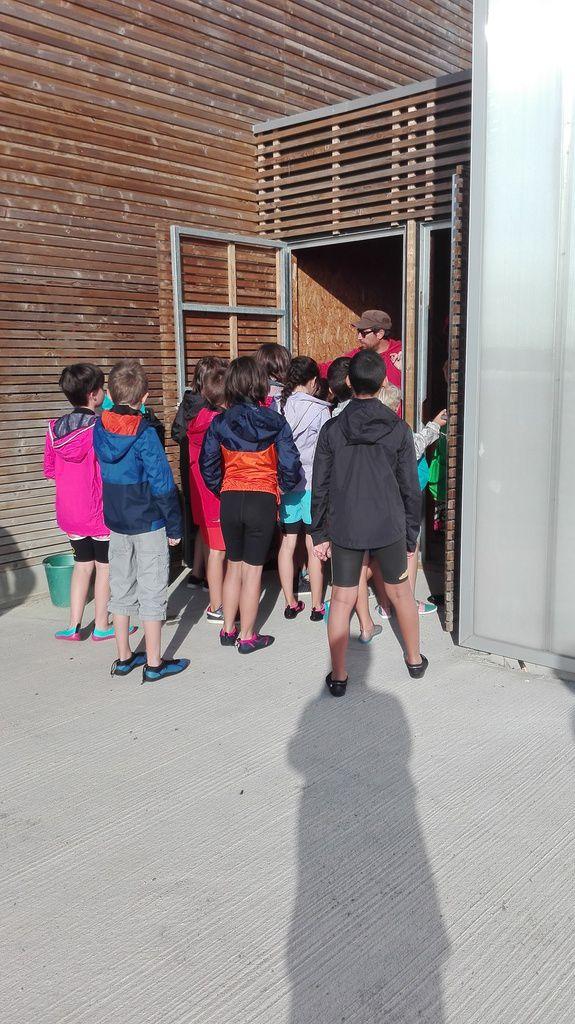 Le moniteur Romain, nous fait la visite de l'école de voile d' Arzal. (Ludivine)