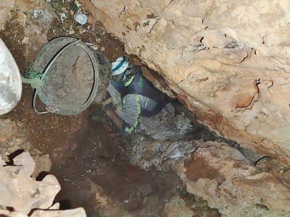 Désobstruction finale, le puits apparaît...