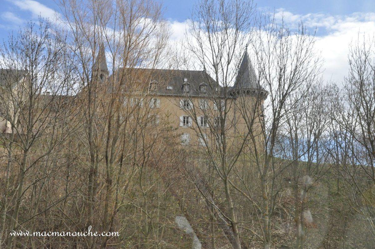 Le château de La Mure à la sortie de la ville.