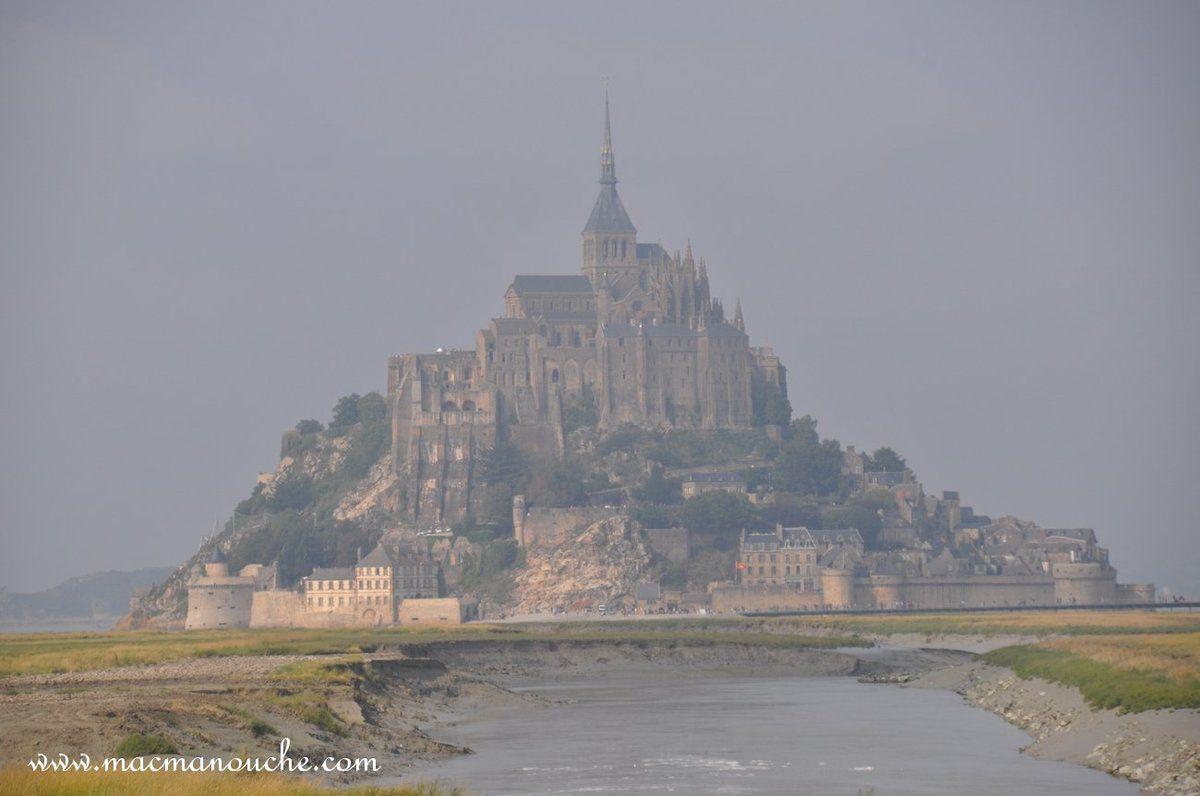 Le Mont Saint-Michel encore un peu dans la brume.