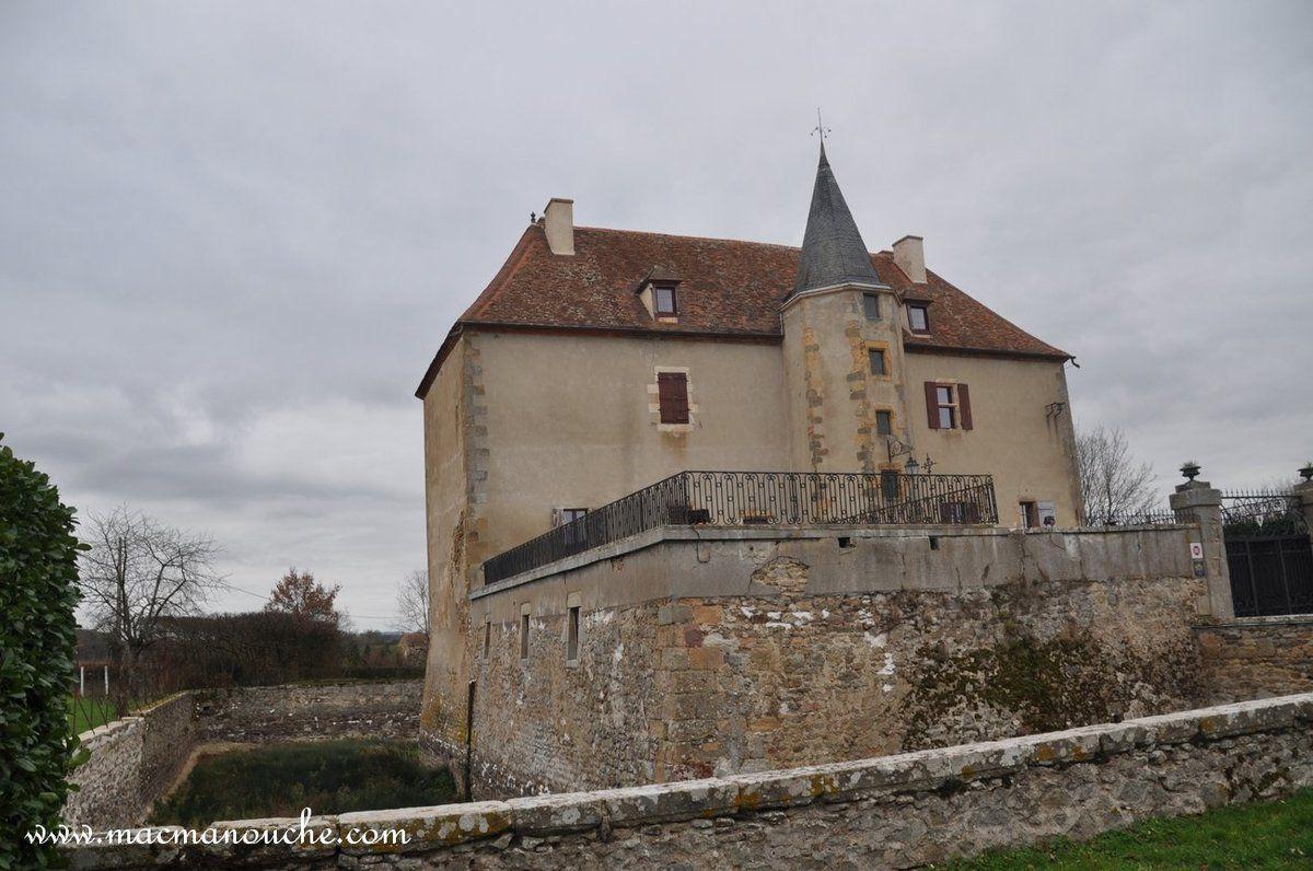 Le château de Châtignoux (ou Maison forte) avec ses douves et la chapelle. (clic sur les photos)