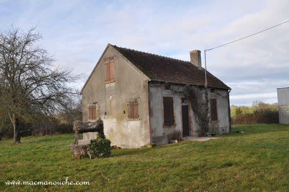 Un ancien puits et une maison qui semble ne plus être habitée !