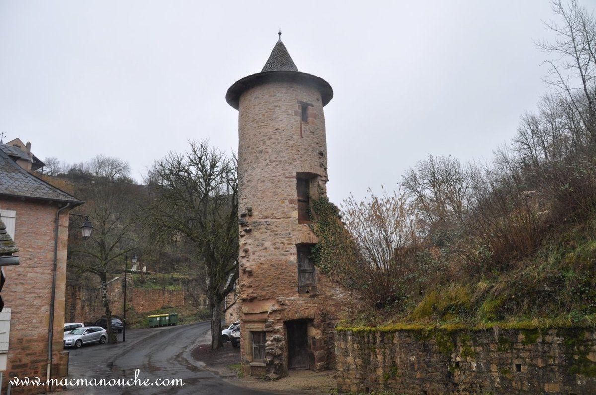 Et là, l'autre tour (recto-verso). Ces tours sont peut-être les restes de fortifications ou les vestiges d'un château.