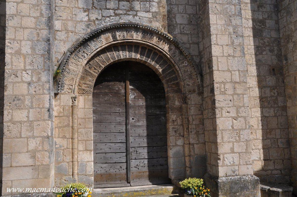 Détails de la porte de l'église.