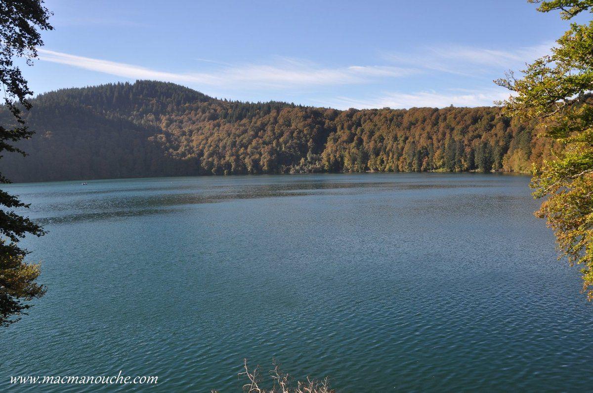 Le diamètre du lac Pavin se situe entre 700 et 800 mètres.