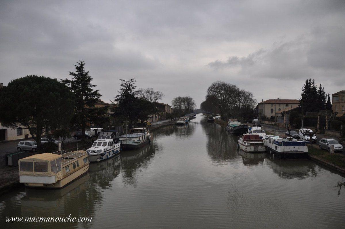 Le canal et ses péniches, côté village!