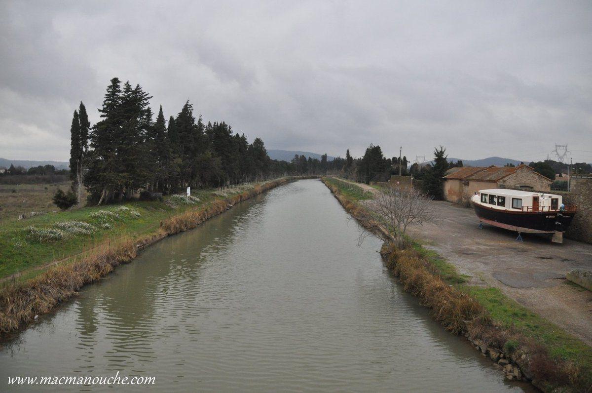 Le canal du midi et une péniche en cale sèche pour diverses réparations!