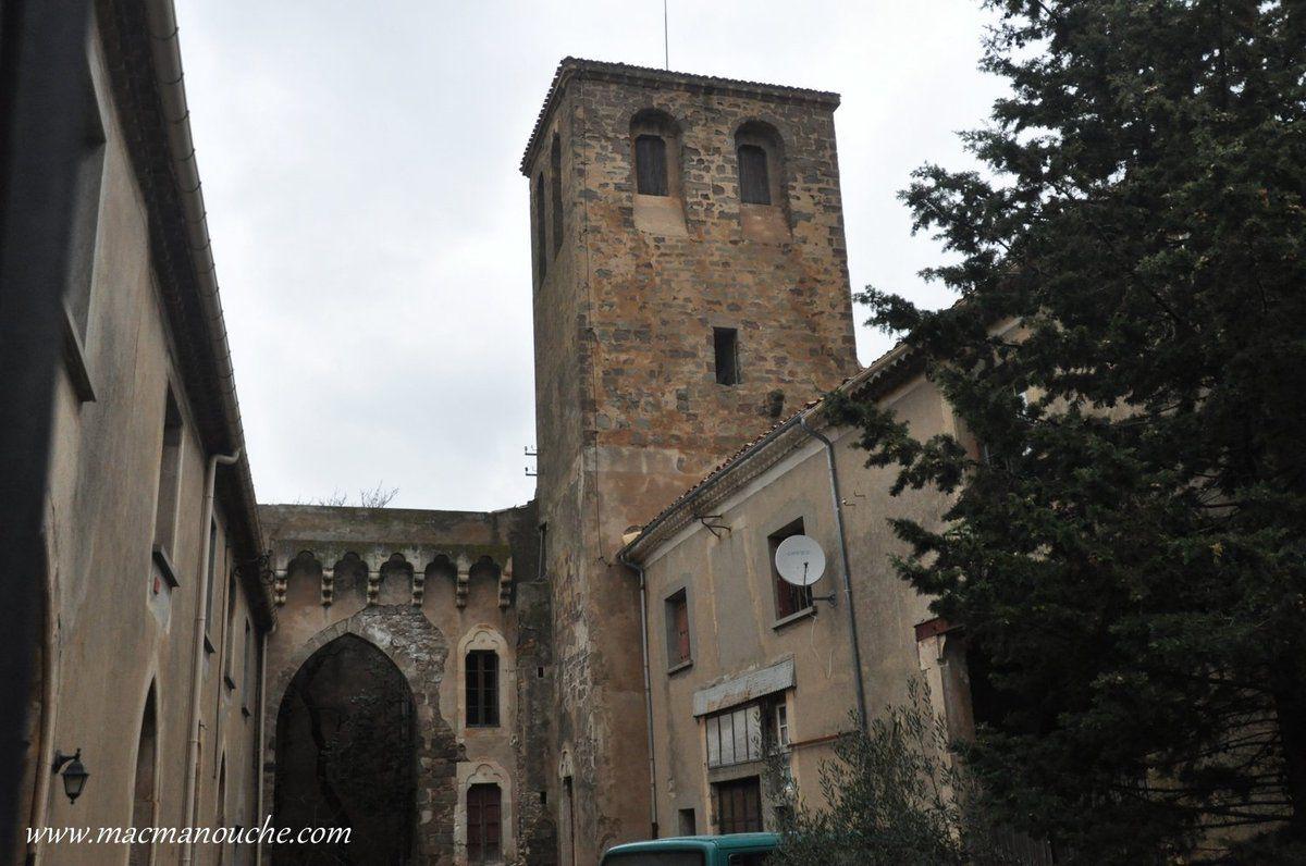 Puis nous passons devant la tour des chevaliers de Malte , ancienne commanderie de l'ordre des Hospitaliers (1183) et occupée en 1530 par l'ordre des chevaliers de Malte.
