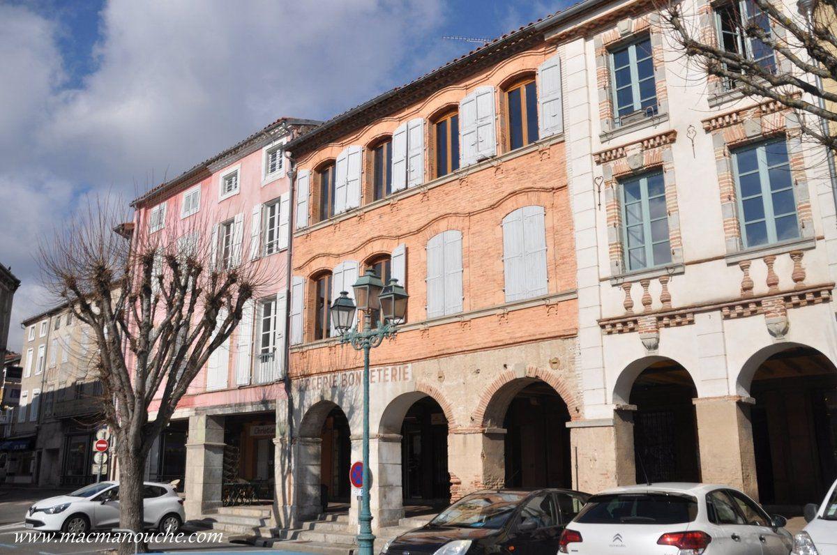 L'autre particularité de Revel et qui fait son charme : les maisons à arcades qui entourent la halle!