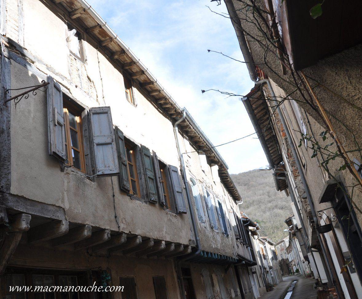 En parcourant les ruelles on peut admirer de  nombreuses anciennes maisons à encorbellement.