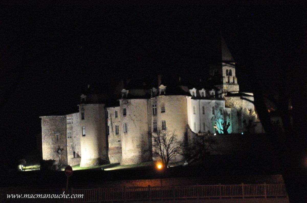 Par la fenêtre du camping-car, on peut admirer le château illuminé!