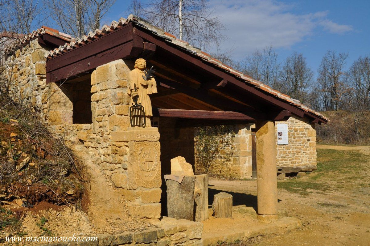 L'appenti (avec la statue de Saint-Laurent, patron des tailleurs de pierre) a été construit pour accueillir les sculpteurs amateurs qui viennent régulièrement pour travailler.