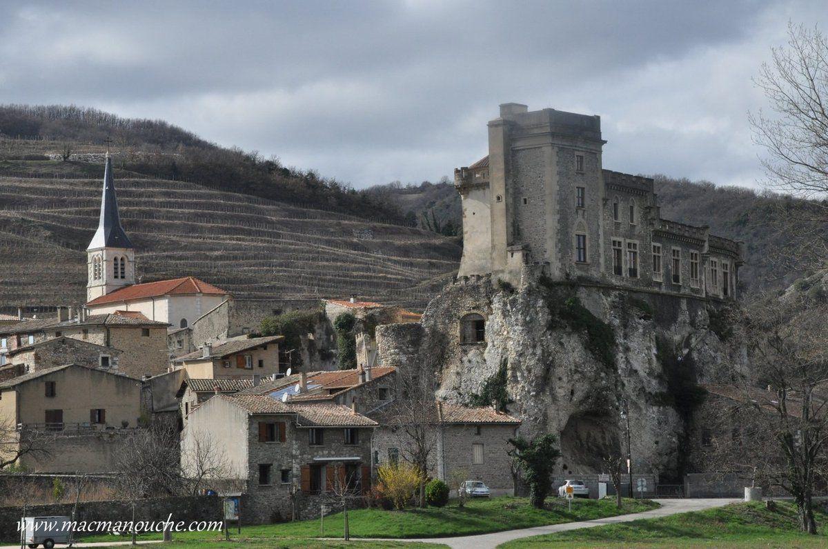 ''Châteaubourg'': ce nom signifie groupe d'habitations autour du château-fort.