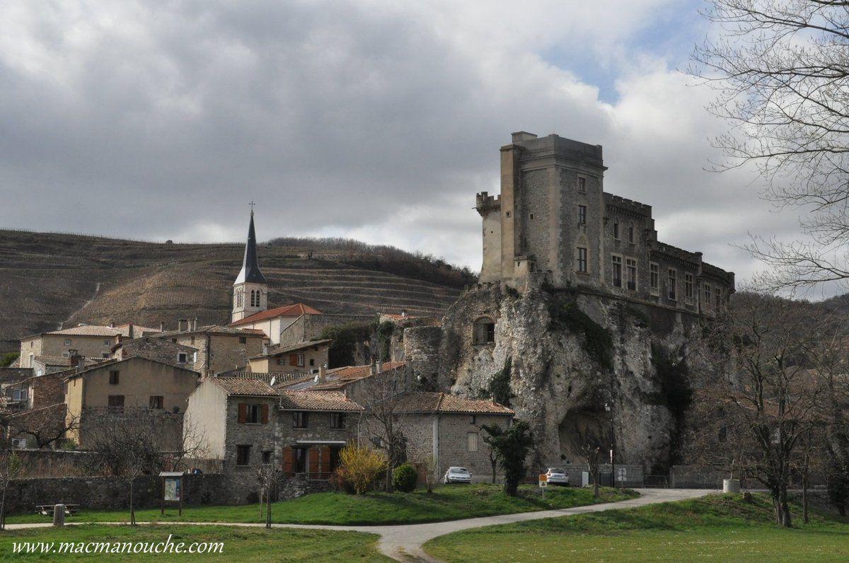 Pendant les troubles du moyen âge, les habitants, afin de se mettre à l'abri contre les brigandages des bandes qui sillonnaient le pays, abandonnèrent leurs maisons et vinrent se loger au pied du château.