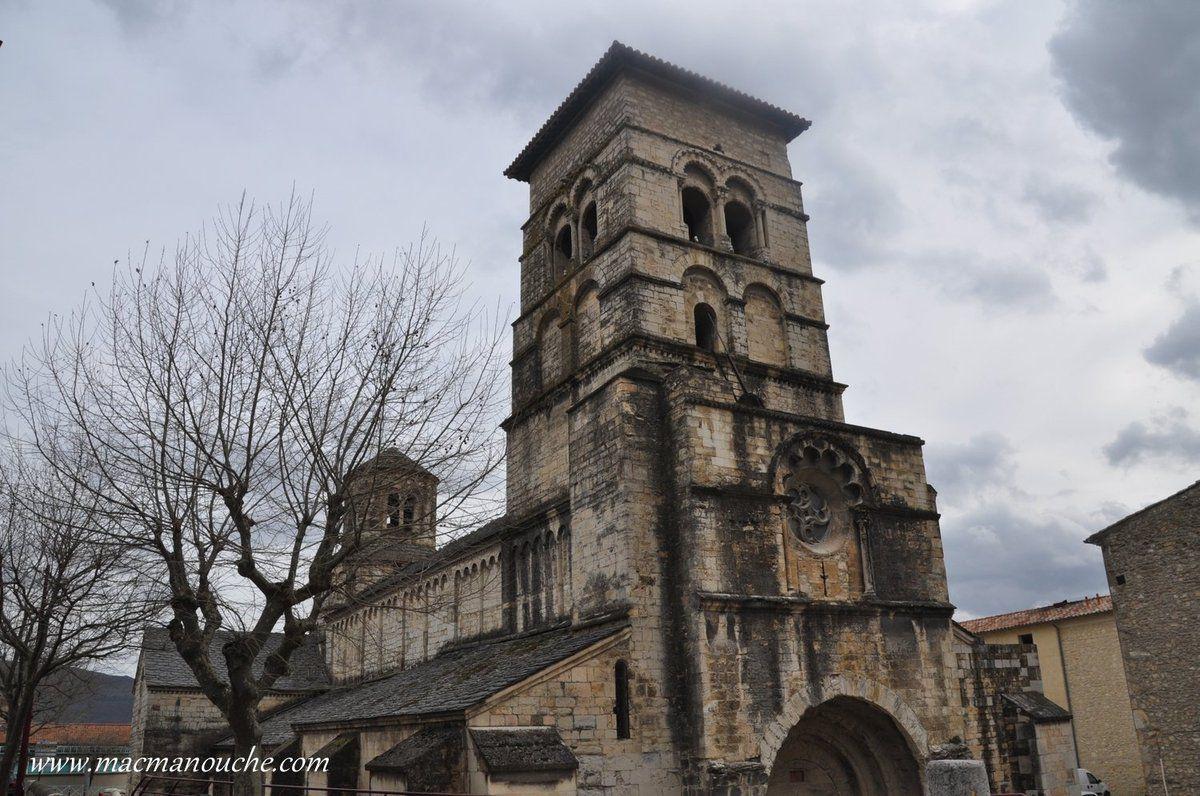 Avant de grimper jusqu'au site médiéval , on passe devant l'abbatiale Saint-Marie avec son clocher-porche.