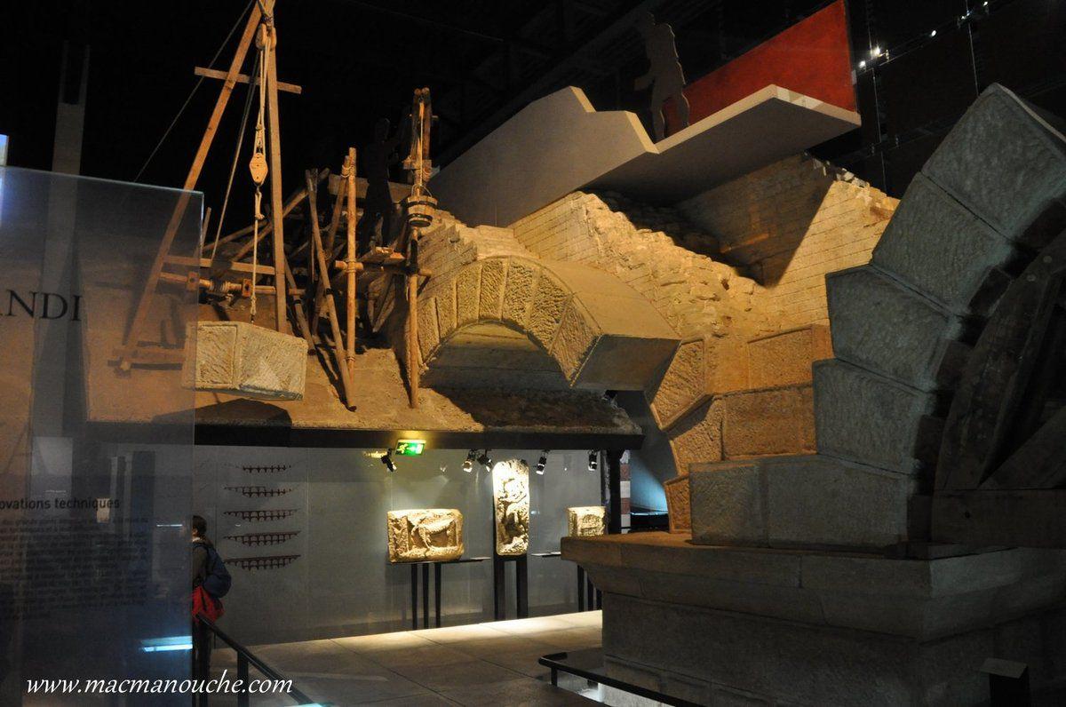 On passe un  moment au musée où chaque espace est là pour  transmettre l'histoire de ce monument classé parmi les plus beaux de l'antiquité romaine.