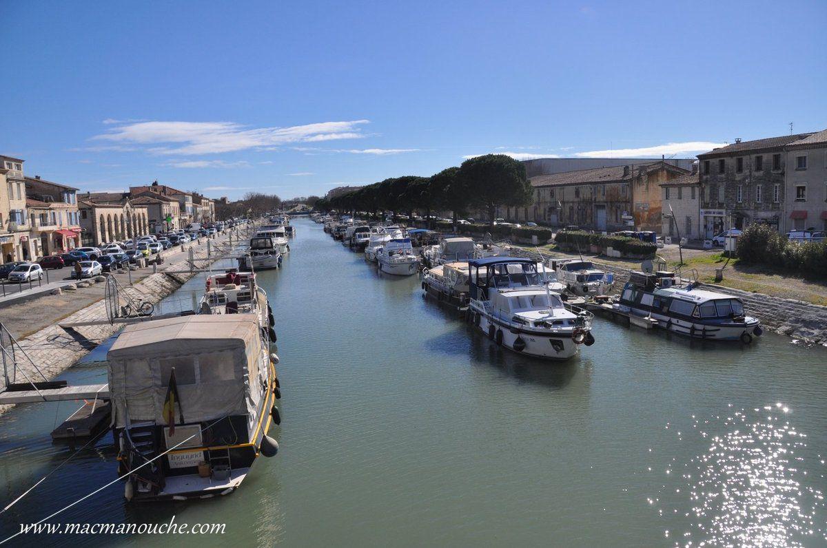 En longeant le canal, on arrive jusqu'au port de Beaucaire, port qui attire beaucoup de péniches!
