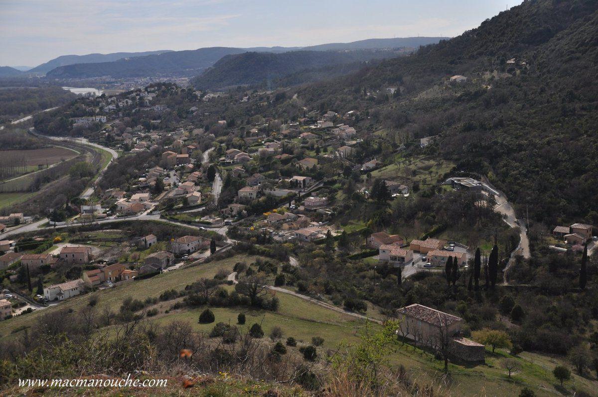Depuis ce piton de basalte, vue panoramique: sur la vallée du Rhône… == > …