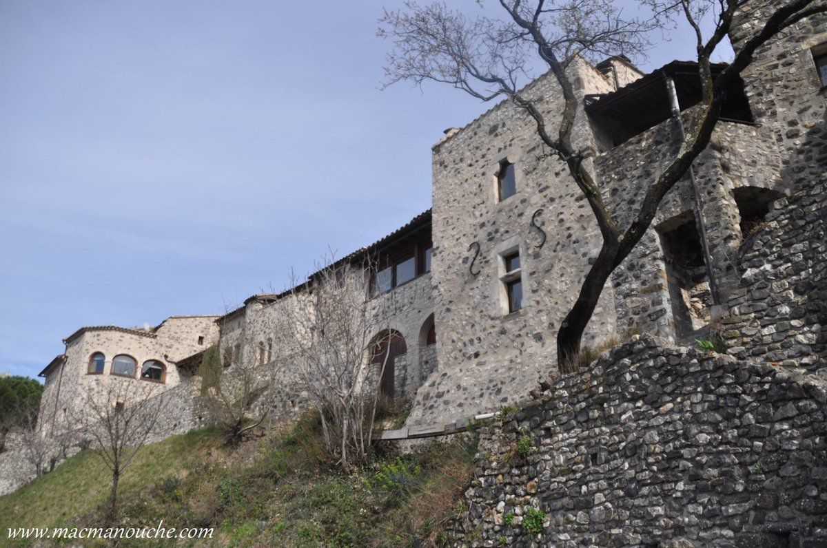 Nous arrivons au hameau  récemment remis en état,situé dans la ''basse-cour'' du château, au nord  !