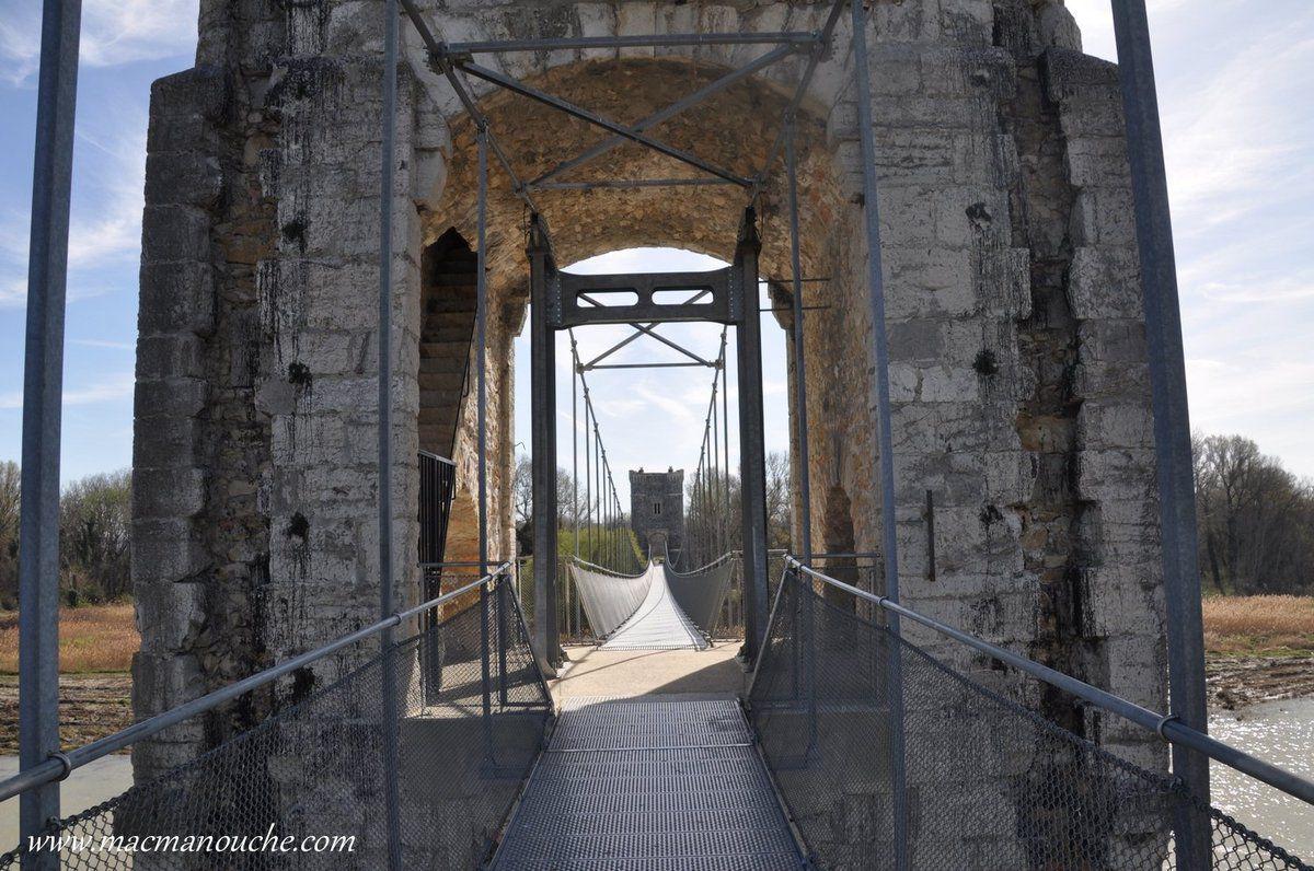 Le pont suspendu de Rochemaure, aujourd'hui inscrit à l'inventaire des monuments historiques, a été construit en 1824.